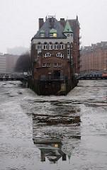 Winter in der Hansestadt Hamburg - Wasserschlösschen in der Speicherstadt im Winter - Eis auf dem Fleet.