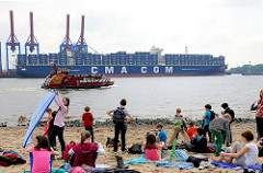 Blick vom Strand bei Hamburg Othmarschen über die Elbe zum Containerterminal Burchardkai + dem Frachter ALEXANDER VON HUMBOLDT.