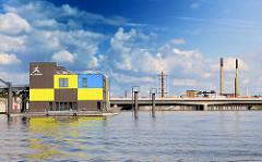 Blick über den Müggenburger Zollhafen - Stadtteil Hamburg Veddel - Schimmendes Haus, Bürogebäude der IBA, Internationale Bauausstellung. Im Hintergrund die Autobahnbrücke und Fabrikschornsteine auf der Peute.
