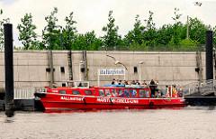 Die Barkasse Ballinstadt liegt am Anleger Ballinstadt im Müggenburger Zollhafen in Hamburg Veddel - Touristen steigen aus dem Fahrgastschiff auf den Anleger um die Hamburger Auswandererhallen zu besuchen.