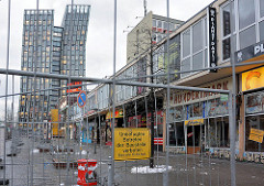 Mit Bauzaun abgesperrtes Areal der Essohäuser - Geschäfte und Restaurants / Bars - im Hintergrund der Neubau vom Hochhaus Tanzende Türme an der Reeperbahn, Hamburg Sankt Pauli.