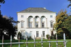 Rückseite einer Villa an der Altonaer Palmaille - spitzer Metallzaun.