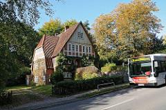 Anwesen An Der ALsterschleife - HVV Bus auf der Strasse.
