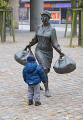Bronzeskulptur Hausfrau mit Einkaufstaschen -  Billstedter Marktplatz