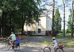 Historisches Gebäude - Altonaer Wasserwerke auf dem Baursberg. 1859 in Betrieb genommen; Filterung von Elbwasser. Fahrradfahrer auf der Strasse vor dem Wasserwerk.
