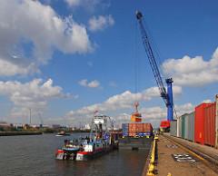 Binnenschiff mit Containern beladen - Ladevorgang mit Hafenkran - Oswaldkai im Hansahafen auf dem Kleinen Grasbrook.