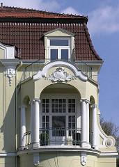 Stuckverzierter Balkon mit Säulen / Hamburger Architektur - Villa in der Blumenstrasse.