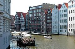Bilder von Hamburgs Fleeten - Nikolaifleet in dem Stadtteil Altstadt - Aussengastronomie, Restaurant auf dem Wasser / Pontons.