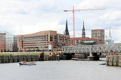 Blick auf die Baakenbrücke und die Einfahrt in den Magedeburger Hafen der Hamburger Hafencity - Architektur des neuen Hamburger Stadtteils.