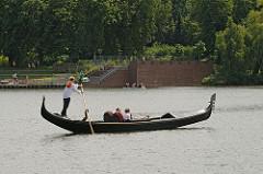 Gondelfahrerin auf dem Hamburger Stadtparksee / Stadtteil Winterhude.