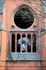 Entfernung der alten Kirchenfenster der entwidmeten Heiligengeistkirche Barmbek Süd. (2005)