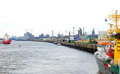Norderelbe und Kirchenpauerkai - Entladung eines Binnenschiffs; Silhouette der Hafencity..