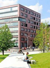 Grünanlagen in der Hamburger Hafencity - Sitzgelegenheiten am Rasen des Sandtorparks.