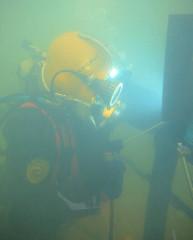 Taucher bei der Arbeit unter Wasser - Harburger Hafen.