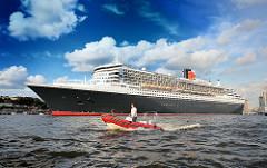 Die 345m lange Queen Mary 2 verlässt Hamburg und fährt Höhe Landungsbrücken.