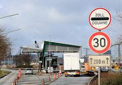 Zollgrenze an der Hamburger Hafencity - Zollstation Versmannstrasse - Schild mit Zoll - Douane - ein Lastwagen wurde von den Zöllnern gestoppt.