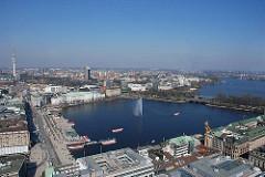 Blick über die Hamburger Altstadt / Neustadt zur Binnenalster; im Hintergrund die Lombardsbrücke / Kennedybrücke und Teile der Aussenalster.