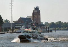 Lotsenschiff LOTSE 1 auf der Elbe vor Seemannshöft - Lotsenhaus, erbaut 1914 - Architekt Oberbaudirektor Fritz Schumacher.