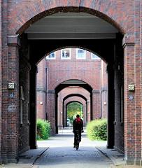 Torweg in Hamburg Dulsberg - Bilder der Hamburger Architektur; Architekturfotos.