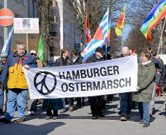 Demonstration Hamburger Ostermarsch - Transparent und Fahnen.
