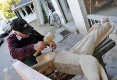 Holzarbeiten an einer Skulptur in der Kanzleistrasse von HH-Nienstedten.