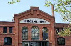 Schriftzug Phoenixhof an der Fassade der Backsteinarchitektur des Industriegebäudes - Bilder aus Hamburg Ottensen; Bezirk Altona.