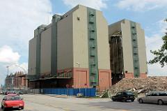 Das Gebäude der Kaffeelagerei am Brooktorkai wird abgerissen - das Areal wird Teil der Neubebauung in der Hafencity. (2006)