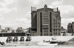 Der Baugrund für das Überseequartier wird mit Sand erhöht und so die entstehenden Gebäude gegen Hochwasser geschützt. Blick auf den historischen Kaispeicher B am Magedeburger Hafen, dem Sitz des Internationalen Maritimen Museums. 2007