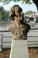Schimmelmann-Büste am Wandsbeker Marktplatz - nach Protesten wurde die Bronzeplastik 2008 wieder abgebaut. Der Hamburger Kaufmann wurde durch Sklavenhandel reich.