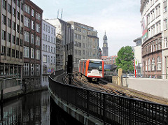 Fleete in der Hamburger Altstadt - Mönkedammfleet und U-Bahngleise - Kontorhäuser am Fleet.