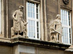 Reichsbank, Alter Wall - Skulpturen über dem Eingang Merkur und ein Ritter mit Schwert / Sinnbilder von Wirtschaftsmacht und Streitkraft.