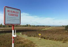 Segelflugplatz Fischbek - Warnschild bei Blinklicht Flugbetrieb.