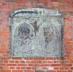 In einer Ziegelmauer eingelassene Grabplatte, Ehepaar Wilh. und Elise Hastedt.