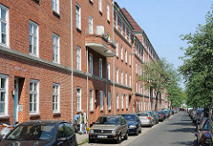 Wohnanlage Hamburg Bahrenfeld - Wohngebäude mit Backsteinfassade - parkende Autos in der Wohnstrasse.