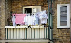 Balkon in der Wohnanlage Helmholzstrasse, Bunsenstrasse; Wäsche ist zum Trocken auf die Leine gehängt.