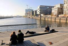 Abendstimmung in der Hamburger Hafencity auf der Marco-Polo-Terasse am Grasbrookhafen; re. die moderne Wohnbebauung am Dalmannkai - im Hintergrund die Baustelle der Elbphilharmonie.