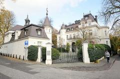 Villa mit Torhaus - historische Architektur in Hamburg Rotherbaum / Pöseldorf, Milchstrasse.
