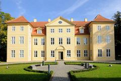 Mirower Schloss auf der Schlossinsel, im Auftrag von Adolf Friedich III 1752 errichtet; Architekt Christoph Julius Löwe.