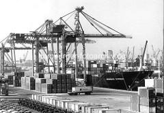 Containerfrachter Nürnberg Express am UCT, Unikai Container Terminal im Hamburger Hafen / Kronprinzenkai, Kaiser-Wilhelm-Hafen; Containertransport mit Sattelschlepper und Portalhubwagen  auf der Kaianlage. ( 1987 )