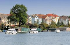 Bootshäuser am Malchower See - Sportboote.