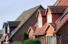 Doppelhäuser, Neubauten mit Dachfenster und Schieferverkleidung unterschiedlicher Färbung - Hans-Heyden-Strasse in Quickborn.