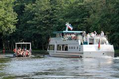 Ein Hausboot und ein Ausflugsschiff treffen sich im Reeckkanal, der Verbindung zwischen dem Kölpinsee und der Binnenmüritz; Teil der Müritz Elde Wasserstrasse.