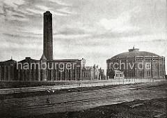 Blick von der Harburger Strasse über die Gleisanlagen der Hafenbahn zum Gaswerk auf dem Grasbrook. Die Gleise führen zum Strandkai und der Fähre, die über die Norderelbe zum Kleinen Grasbrook führt.  Das Gaswerk auf dem Grasbrook