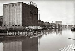 Fabrikationsanlage und Lagergebäude der 1896 gegründeten Leinöl und Firniswerke HOBUM ( Harburger Oelwerke Brinkman & Mergell) am Harburger Ziegelwiesenkanal. Im Hintergrund die Holzhafenklappbrücke. (ca. 1938)