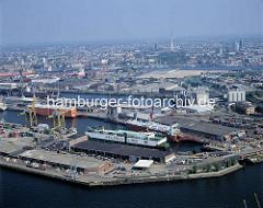 Luftbild vom Kaiser-Wilhelm-Hafen im Hamburger Hafen; im Vordergrund der Mönckebergkai am Ellerholzhafen. ( ca. 1996 )