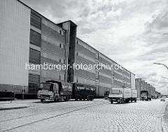 Lagerhäuser am Dessauer Ufer / Saalehafen; Kopfsteinpflaster vor der Lagerhalle E, LKW-Verkehr. ( 1976 )