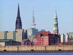Blick über die Norderelbe / Strandhafen zum Strandhafen - in der Bildmitte das alte Gebäude vom Strom- und Hafenamt, lks. der Kaffespeicher am Brooktorkai / Sandtorkai. Im Hintergrund Türme der Hansestadt Hamburg - in der Mitte der Fernsehturm /