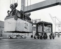 Van Carrier mit Kühlcontainer / Fruchtcontainern am Burchardkai - HHLA Container Terminal im Hamburger Hafen. ( 1977 )