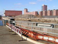 Kaianlage am Dalmannkai im Hamburger Freihafen / Hafencity; im Hintergrund der Kaispeicher A und Bürogebäude am Sandtorkai.