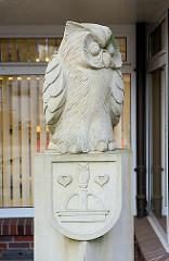 Eulenskulptur mit Quickborner Wappen.